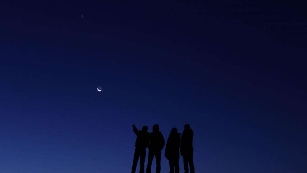 Group of people under the night sky wallpaper