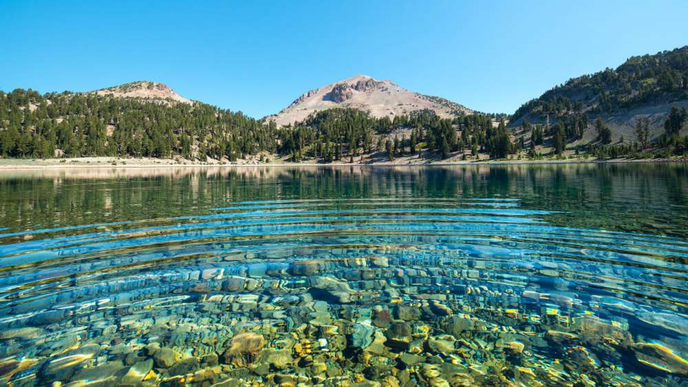 Lake Helen and Lassen Peak (Lassen Volcanic National Park) wallpaper