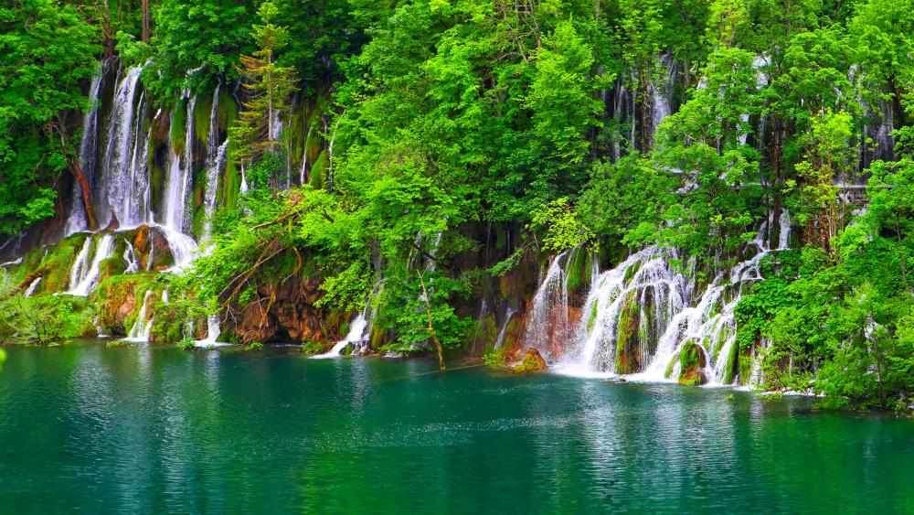 Beutiful waterfall at Plitvice Lakes National Park, Croatia wallpaper