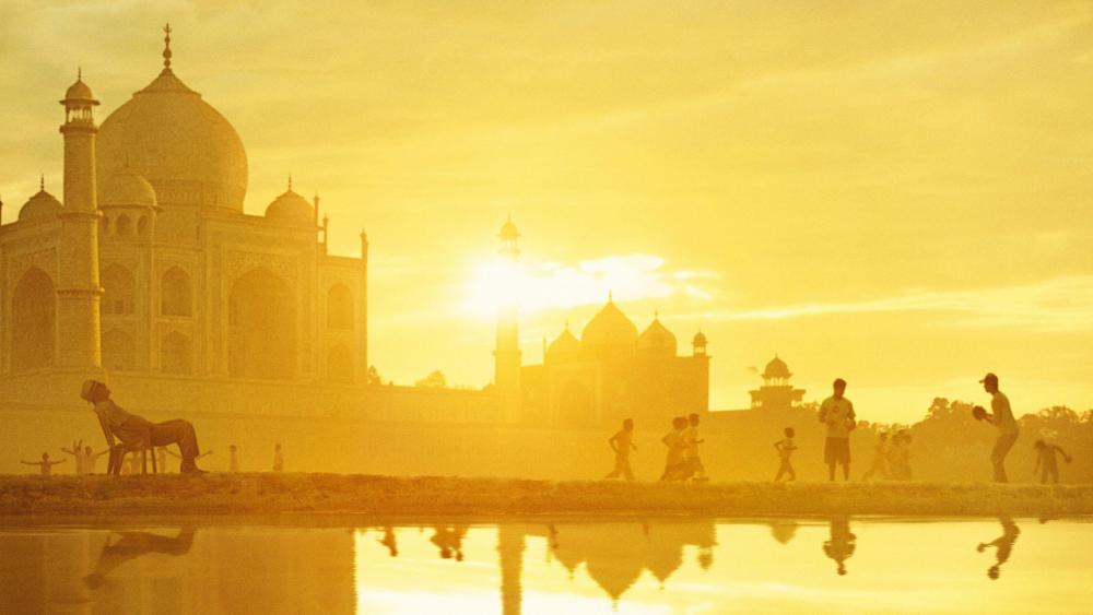 Local kids at Taj Mahal (Agra, India) wallpaper