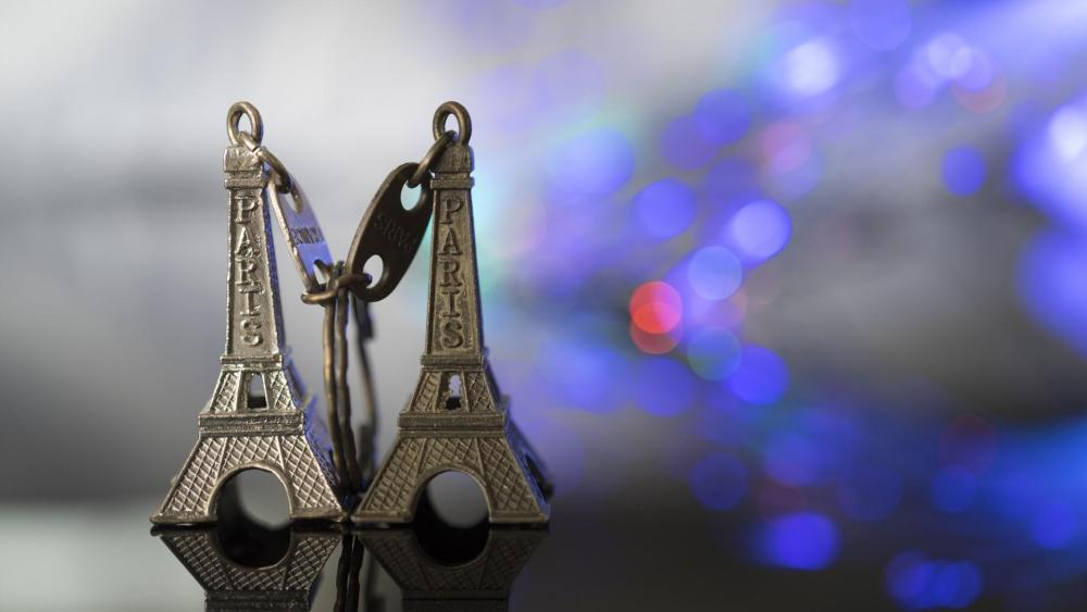 Eiffel Tower keychain wallpaper