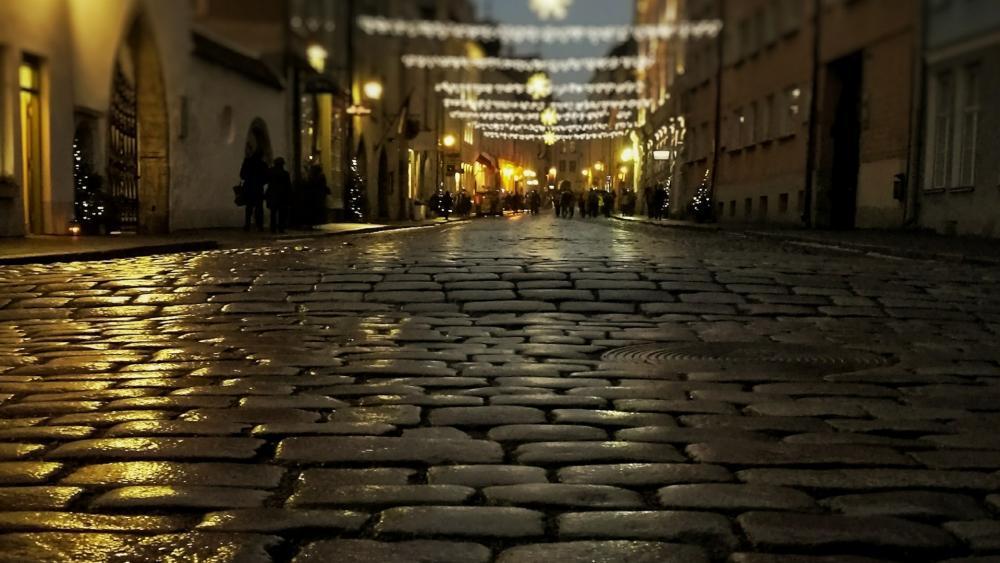 Night street of the Old Town of Tallinn wallpaper