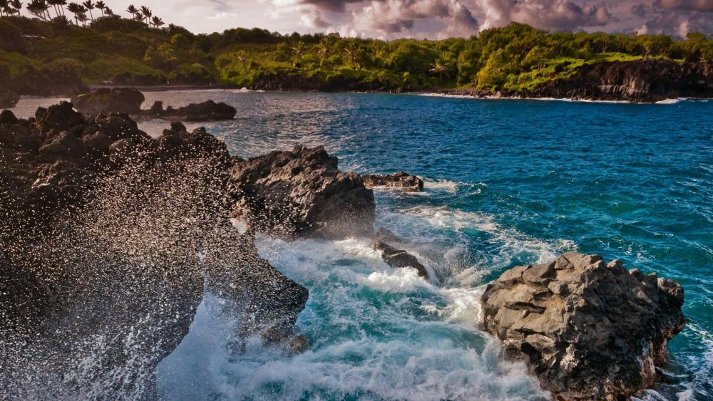 Spray of the sea - Maui, Hawaii wallpaper