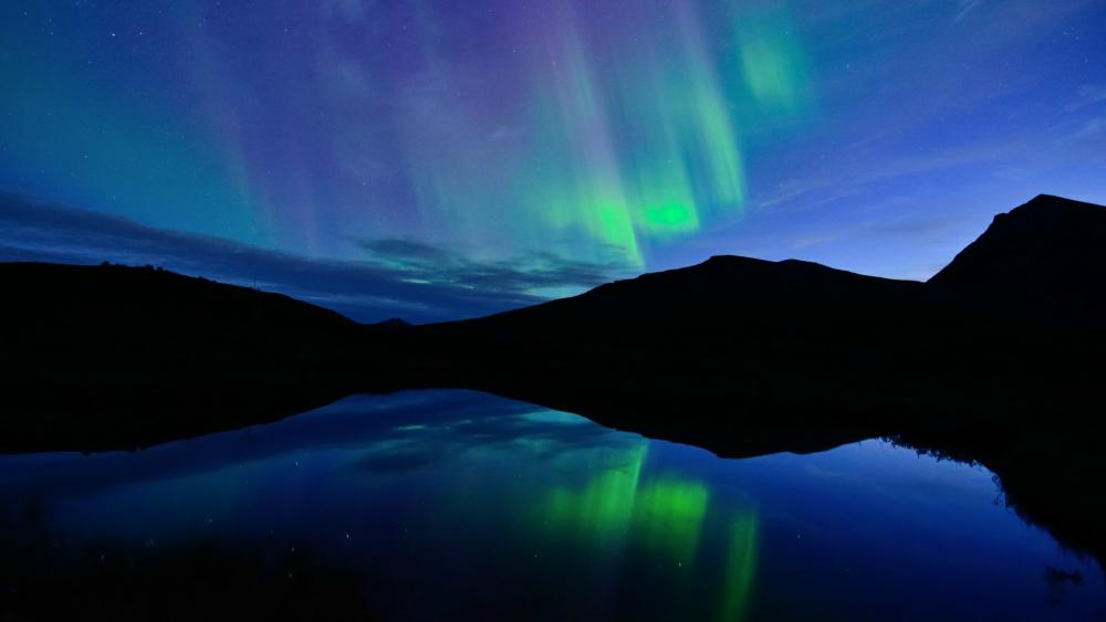 Northern lights reflected in the lake wallpaper
