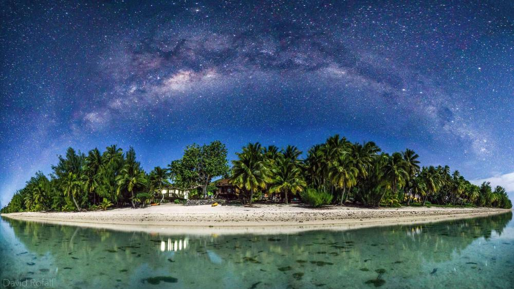Milky way above Aitutaki wallpaper