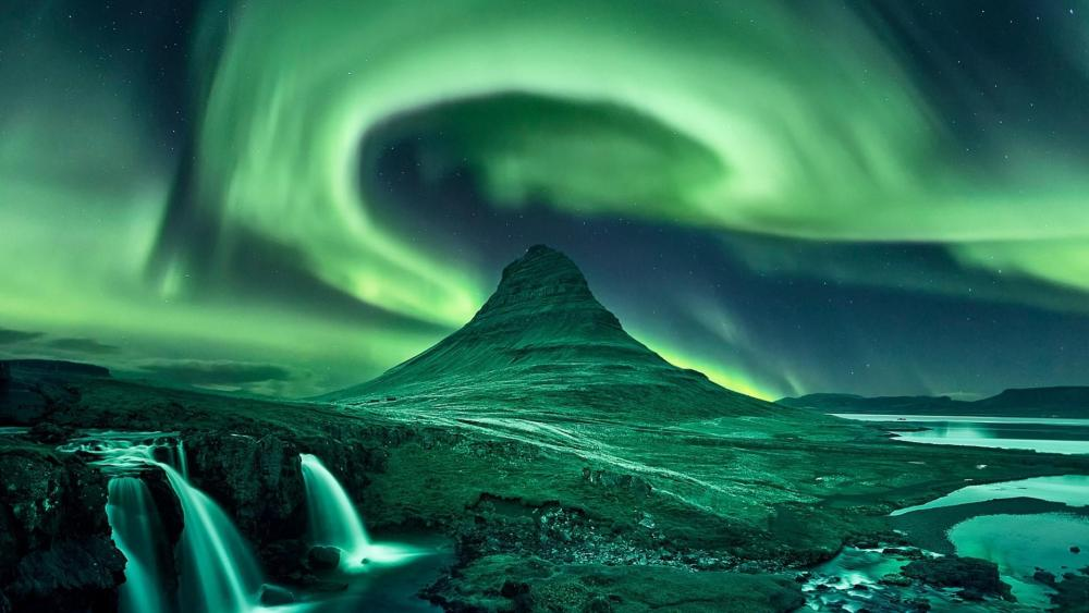 Aurora Borealis over Kirkjufell wallpaper
