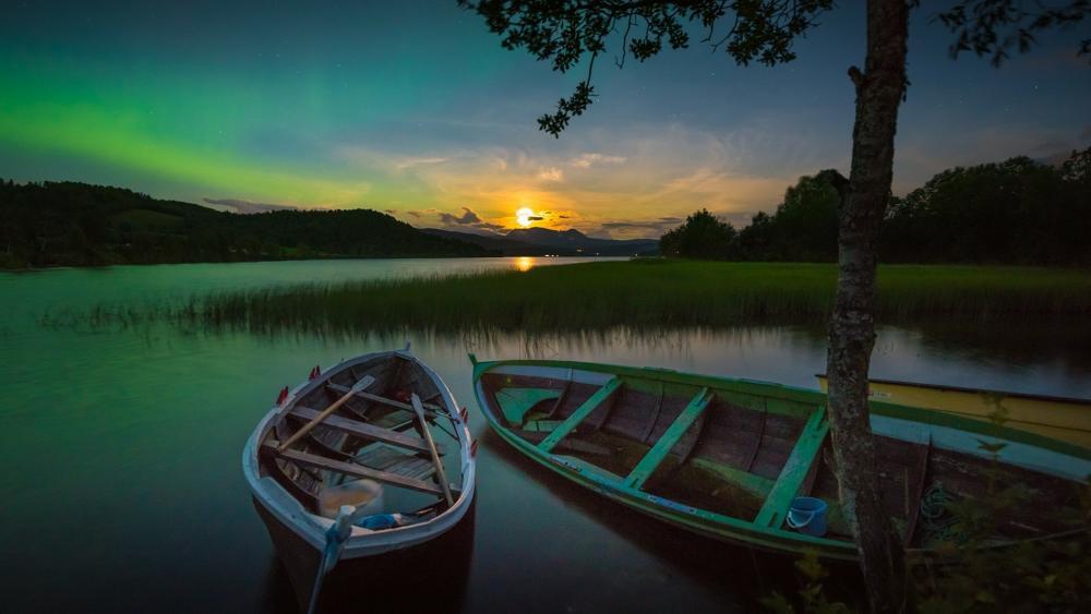 Aurora Borealis at dusk wallpaper