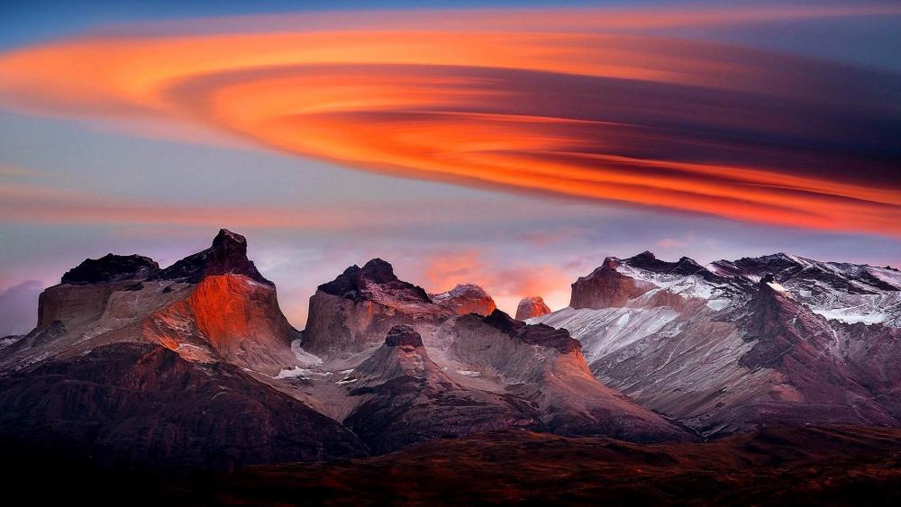 Lenticular cloud above mountains wallpaper