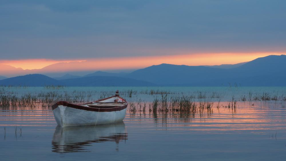 Lake Beyşehir at the foot of the Taurus Mountains wallpaper