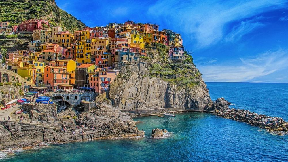 Colorful houses of Manarola (Cinque Terre, Italy) wallpaper