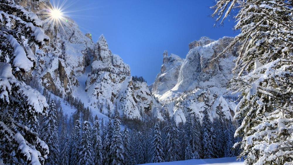 Snowy Dolomites on a sunny day wallpaper