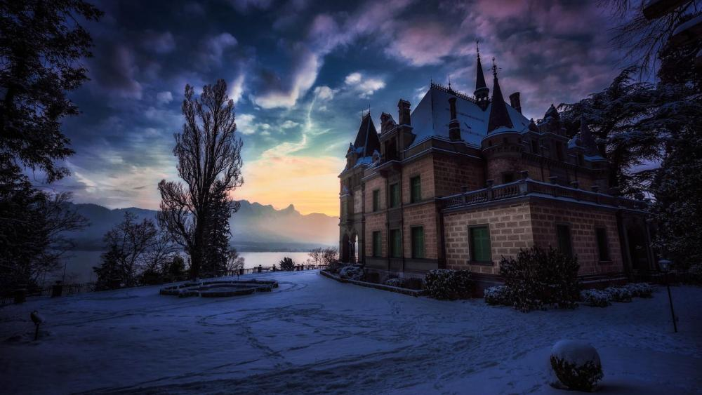 Hünegg Castle at Lake Thun in winter (Switzerland) wallpaper