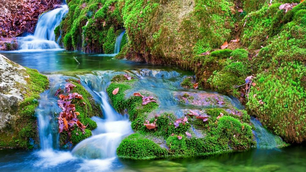 Waterfall among the mossy stones wallpaper