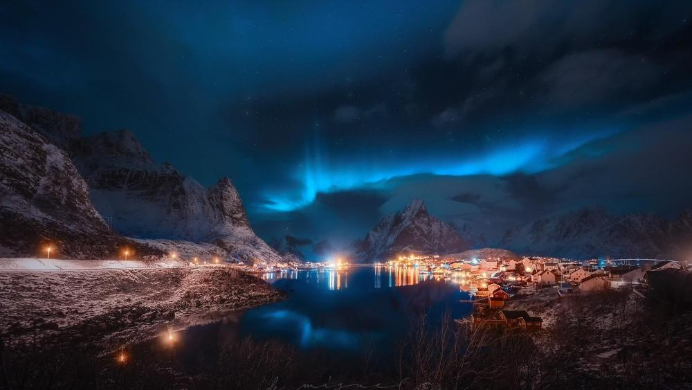 Aurora borealis over Reinefjord wallpaper