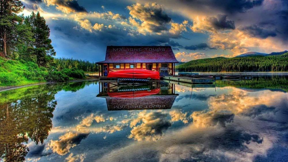 Maligne Lake boathouse (Jasper National Park) wallpaper