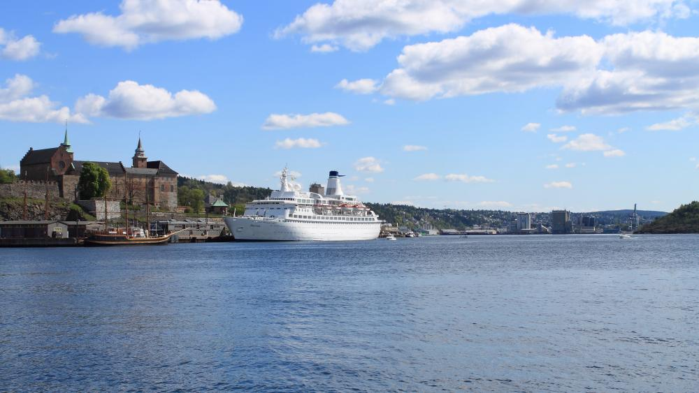 Oslo cruise ship terminal in front of the Akershus Fortress wallpaper