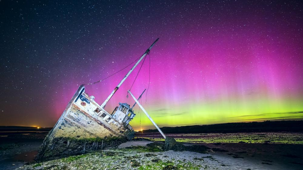 Aurora Borealis over beached shipwreck wallpaper