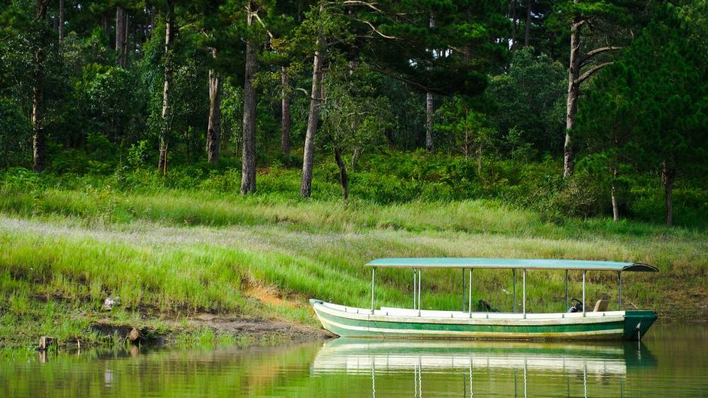 Boat on Tuyen Lam Lake wallpaper