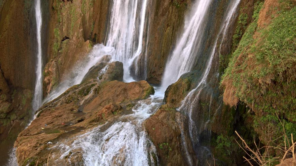 Waterfall on the rocks wallpaper