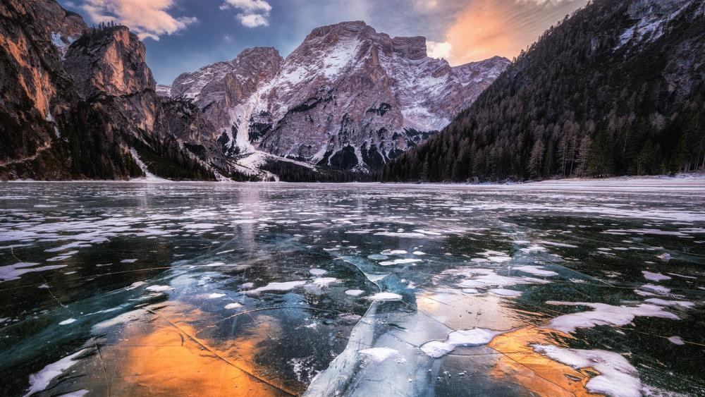 Frozen Pragser Wildsee wallpaper