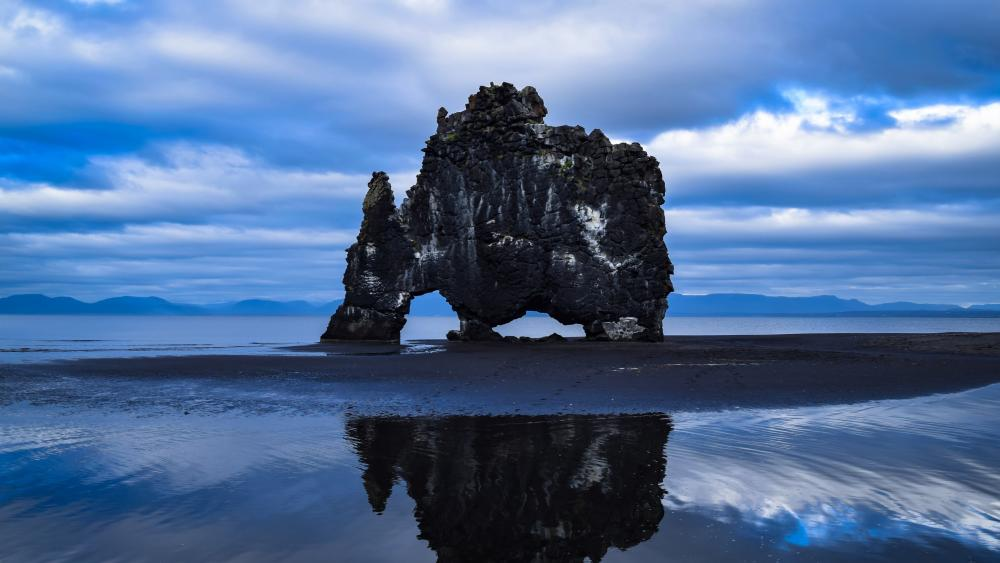 Hvitserkur troll rock (Iceland) wallpaper