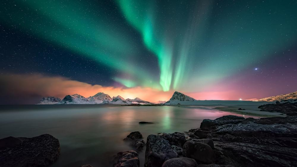 Northern lights above Lofoten wallpaper