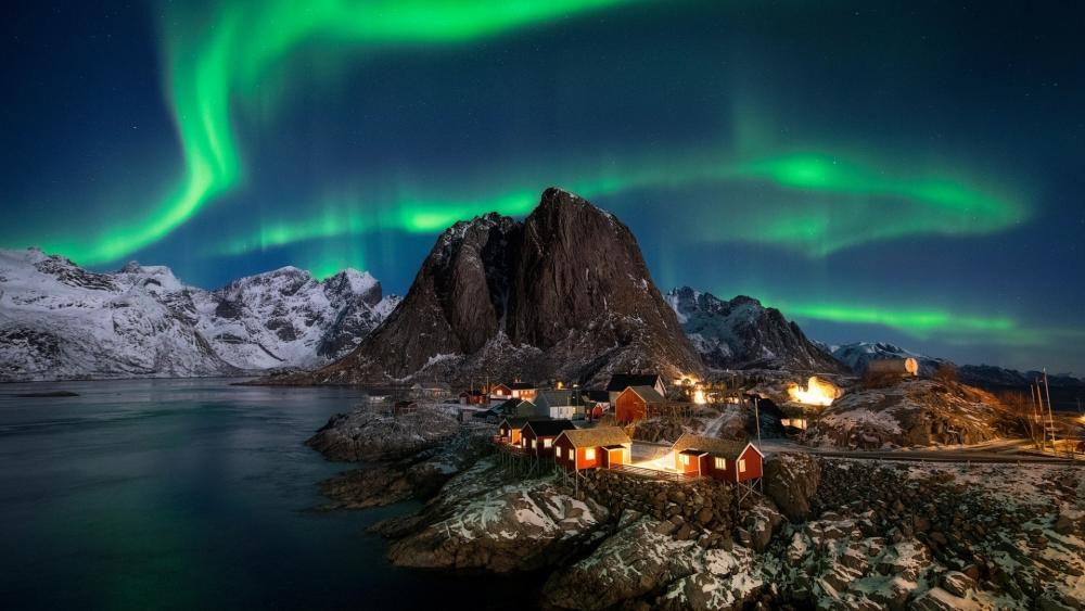 Polar lights over Hamnoy (Norway) wallpaper