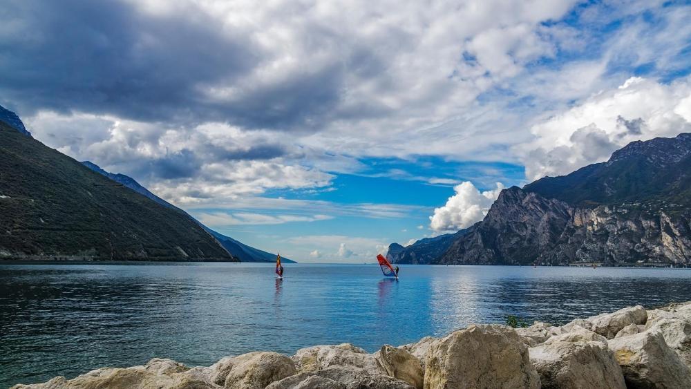 Windsurfing on Lake Garda wallpaper
