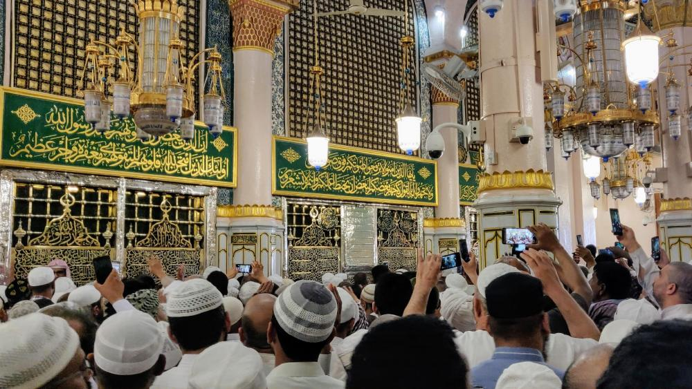People line up to send their blessings and greetings to Prophet Muhammad wallpaper