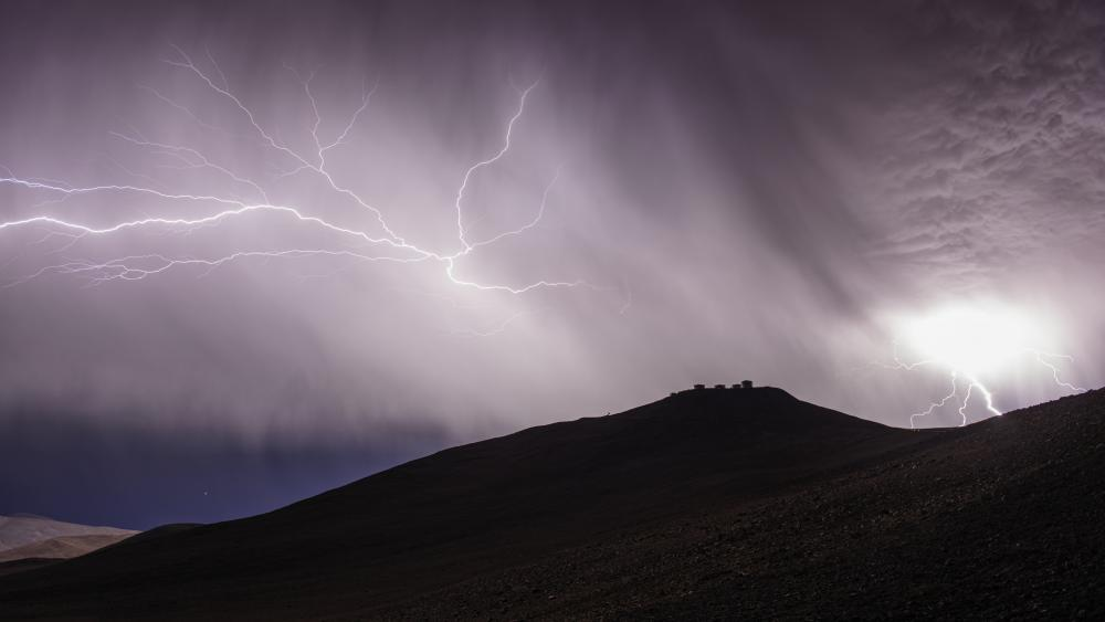 Lightning at the Paranal Observatory wallpaper