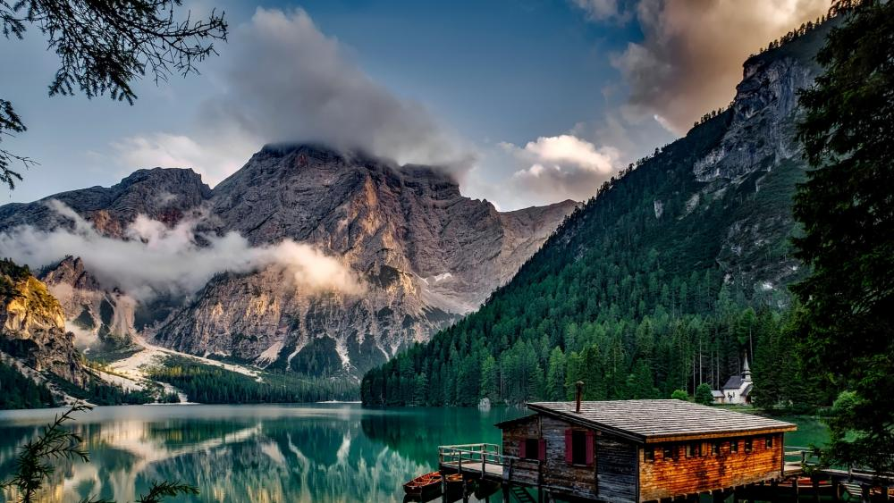 Lake Braies (Italy) wallpaper