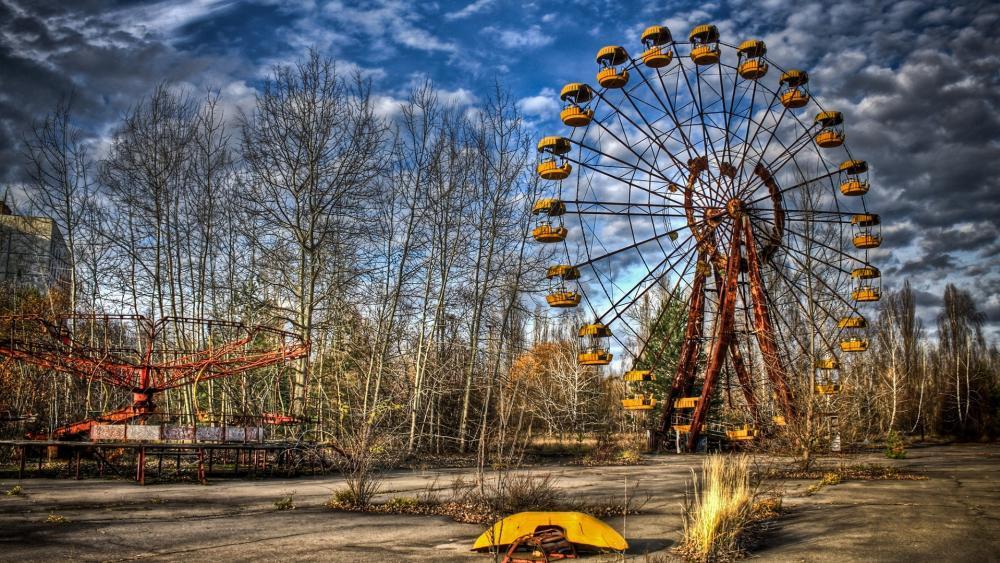 Abandoned amusement park in Pripyat wallpaper