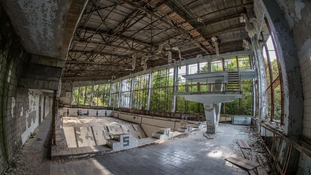 Abandoned swimmingpool after the Chernobyl disaster wallpaper