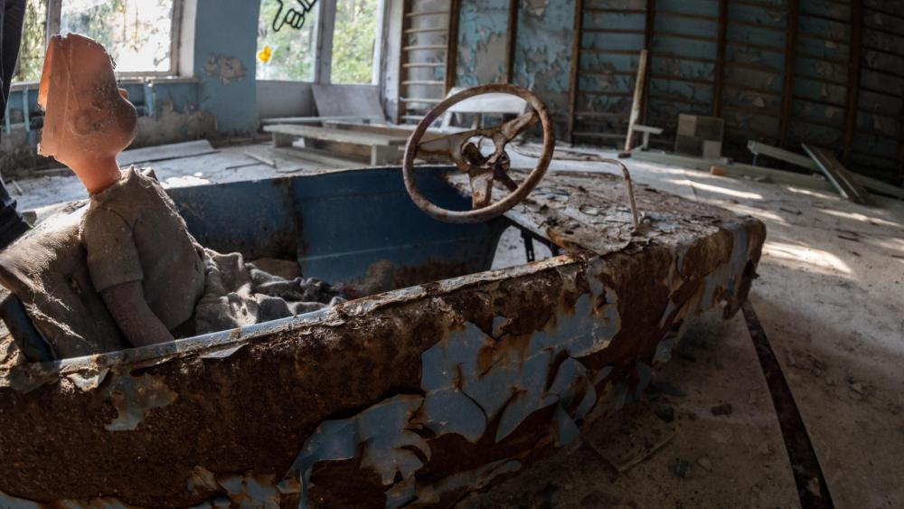 Rusty toy car wallpaper