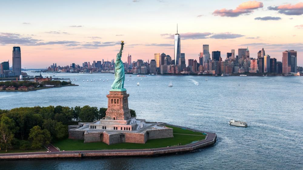 Statue of Liberty and Manhattan Skyline wallpaper