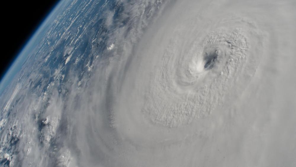 Hurricane Lane with its Distinct Eye wallpaper