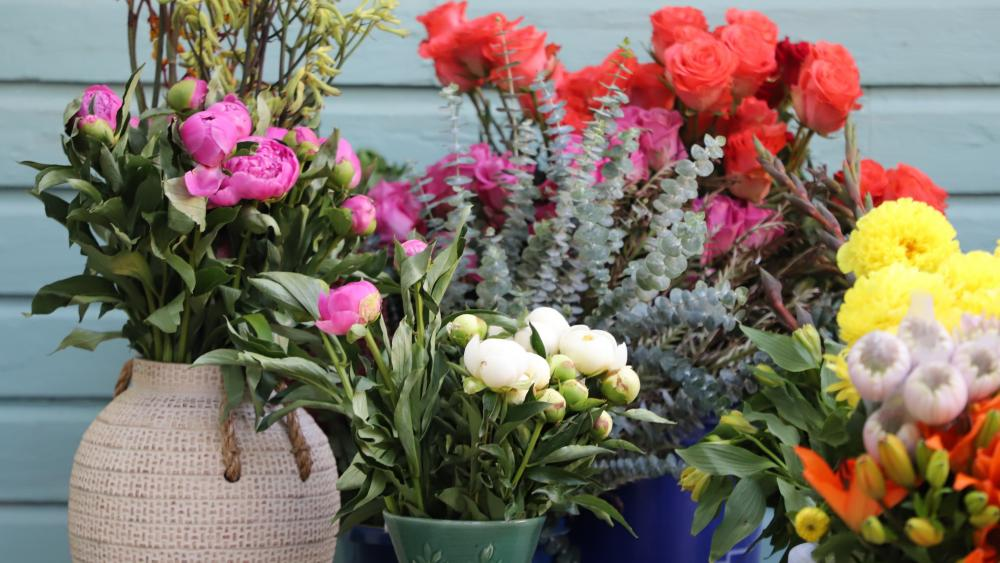 Backporch Bouquets wallpaper