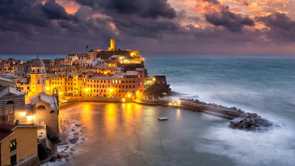 Cloudy evening in Vernazza wallpaper