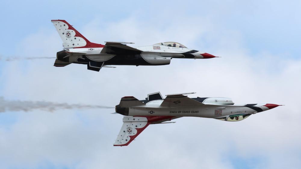 USAF Thunderbirds Performing at JBLM Expo wallpaper