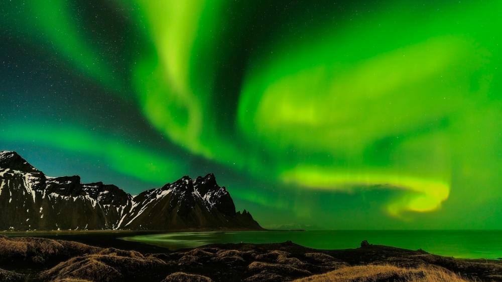 Polar lights above the Vestrahorn Mountains wallpaper