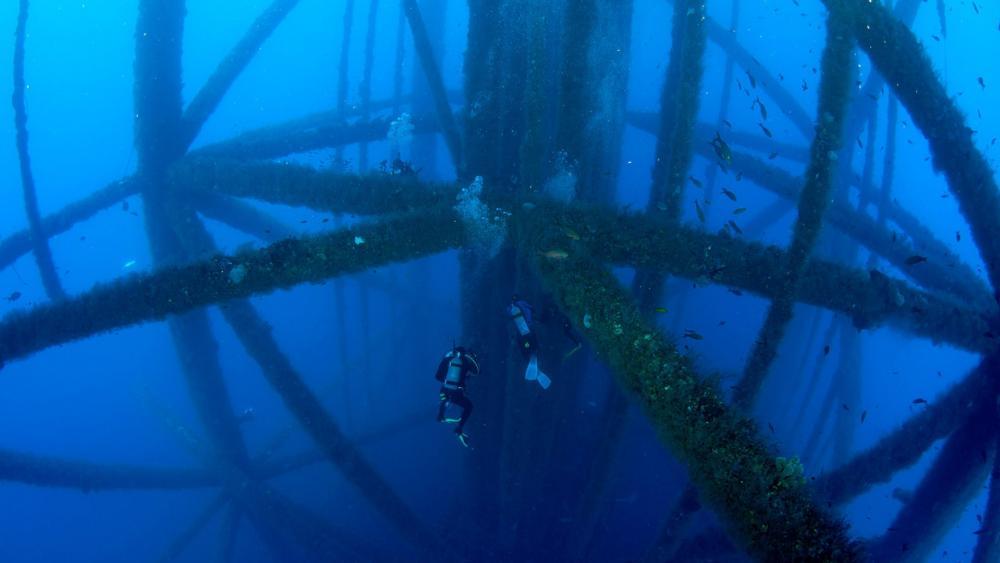 Scuba diving near oil rig legs wallpaper