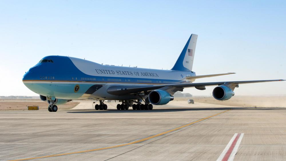 Air Force One Carrying President and First Lady Obama Arrives in Riyadh wallpaper