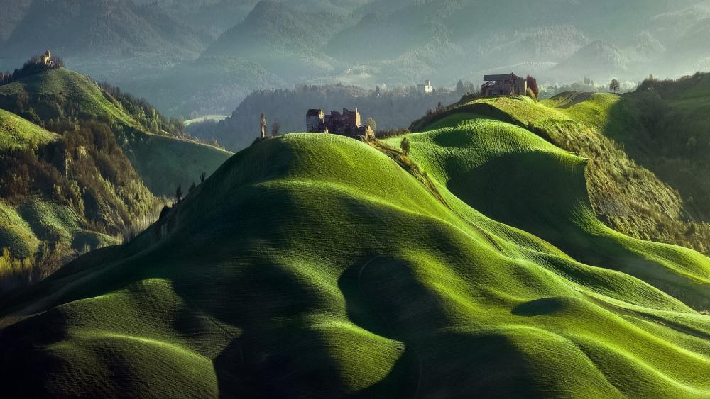 Rolling hills of Tuscany, Italy wallpaper
