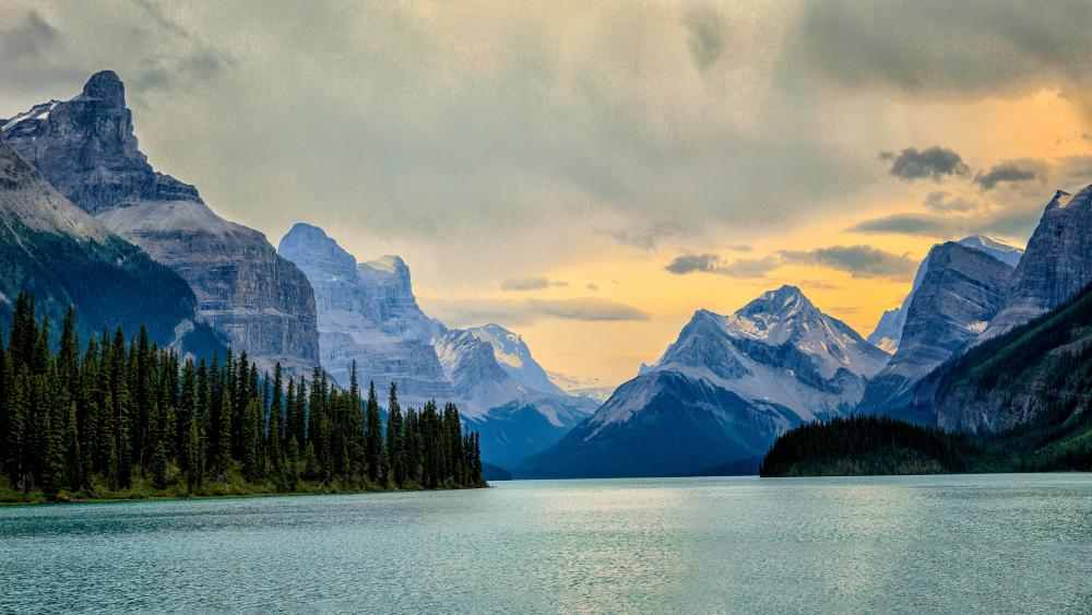 Maligne Lake, Jasper National Park Of Canada wallpaper