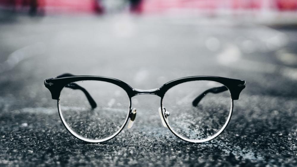 glasses in the street wallpaper