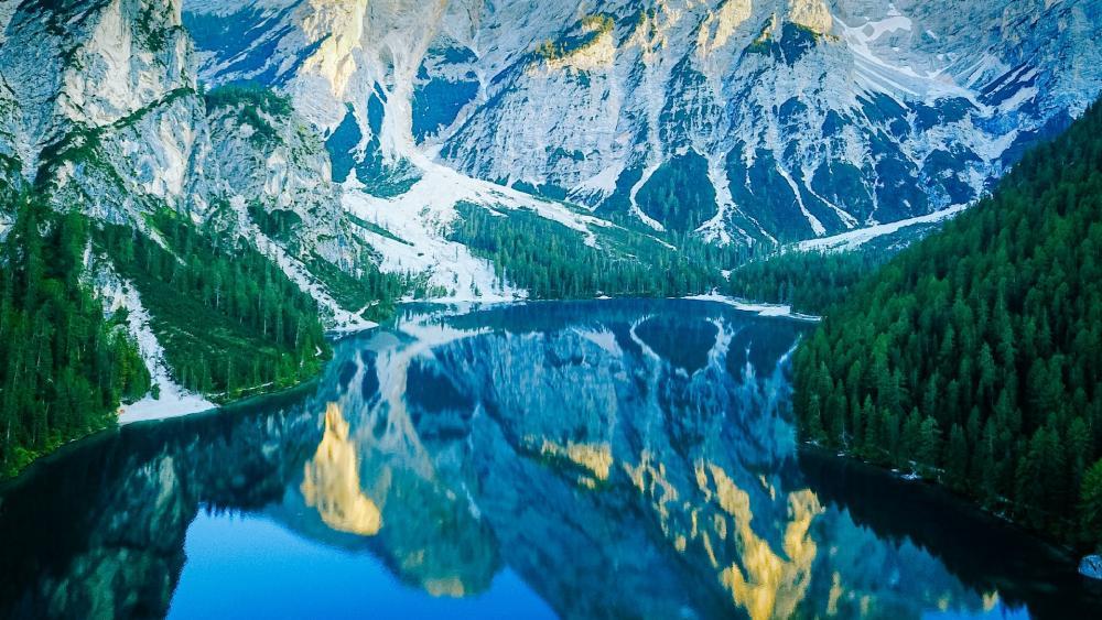 Lago di Braies wallpaper