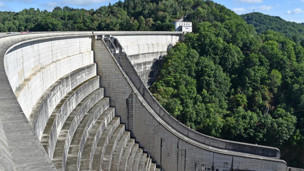 Dam of Bort-les-Orgues wallpaper