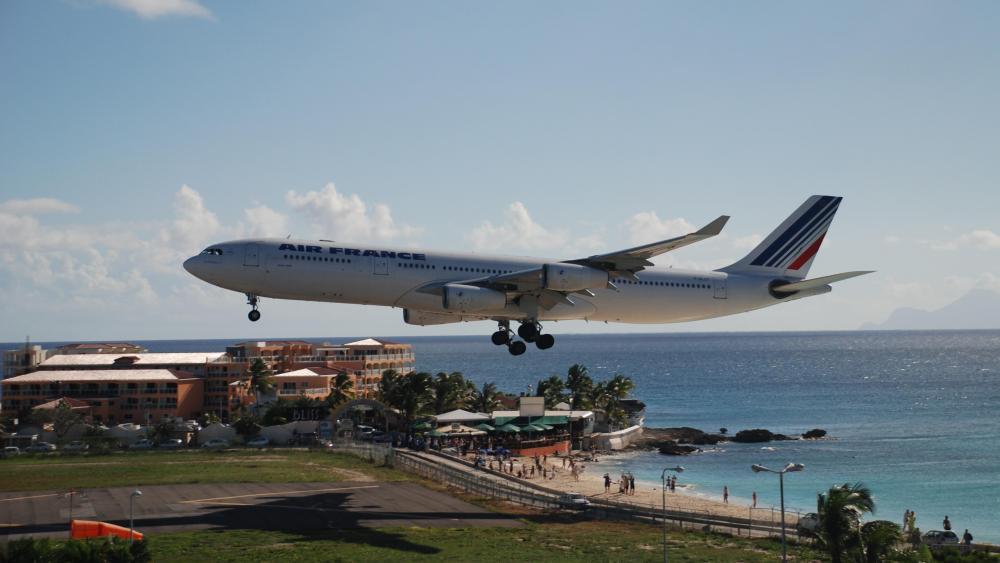 Air France Airbus A340-313 Landing at Princess Juliana Airport wallpaper