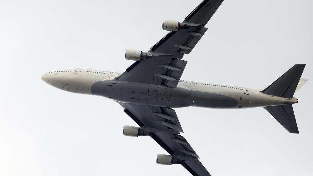 Boeing 747 Flying Over Atlanta wallpaper