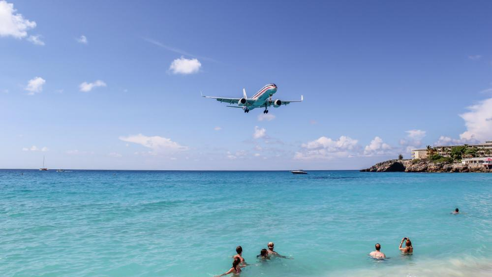 Boeing 757 of American Airlines Landing at Princess Juliana Airport wallpaper